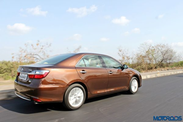 2015 Toyota Camry Hybrid action side (3)