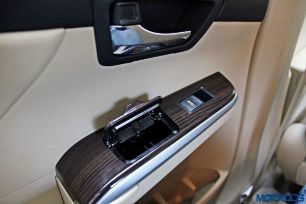 2015 Toyota Camry Hybrid details (10)