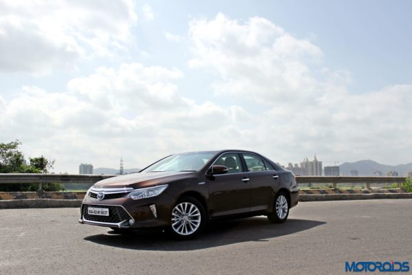 2015 Toyota Camry Hybrid front (3)