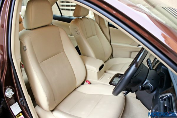 2015 Toyota Camry Hybrid front seats