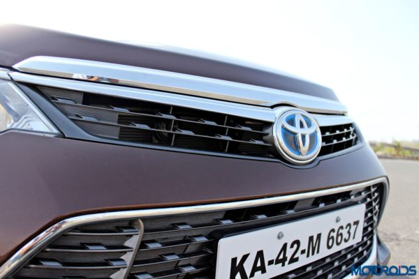 2015 Toyota Camry Hybrid grille (3)