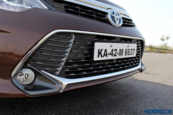 2015 Toyota Camry Hybrid grille (4)