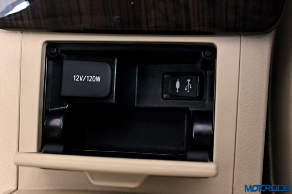 2015 Toyota Camry Hybrid interior (5)