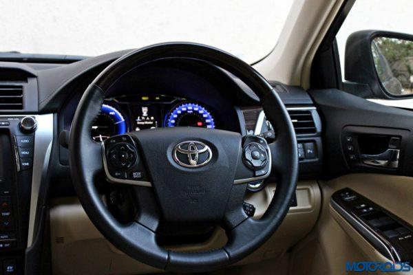 2015 Toyota Camry Hybrid steering wheel (2)
