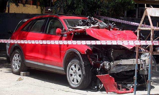 Drunk woman in Audi hits taxi Mumbai (1)