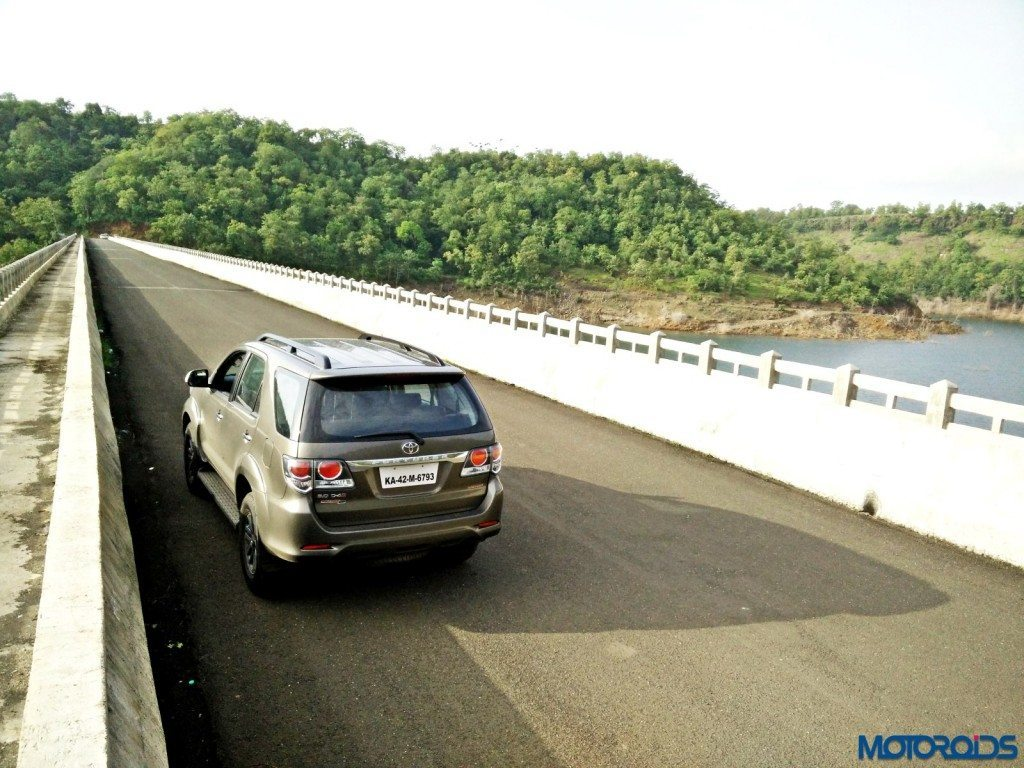 2015 Toyota Fortuner 3.0 4x4 AT outdoor (2)