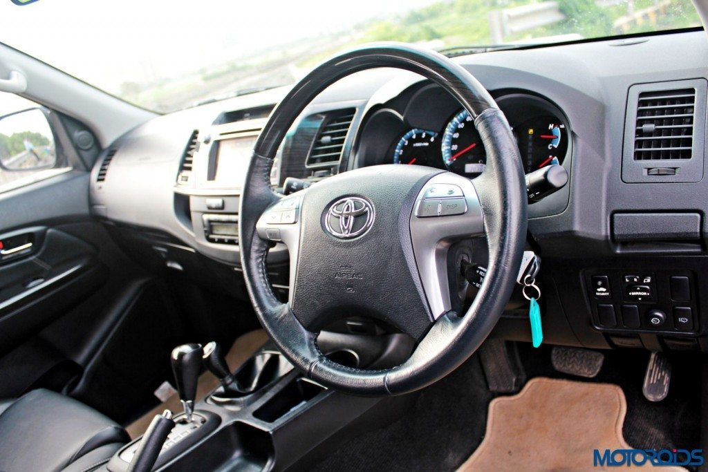 2015 Toyota Fortuner 3.0 4x4 AT steering (2)
