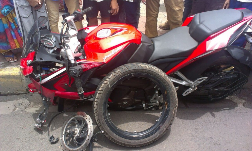 Bajaj Pulsar RS200 Accident - 7