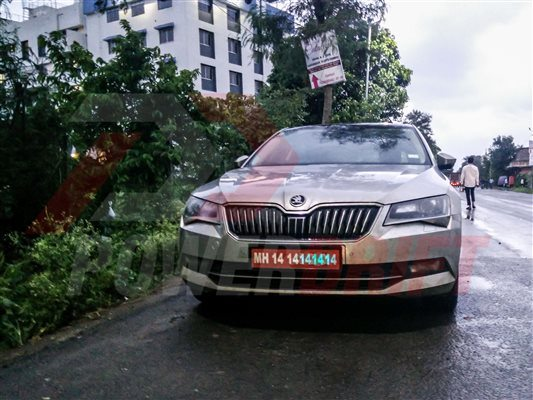 Skoda Superb spied in India (1)