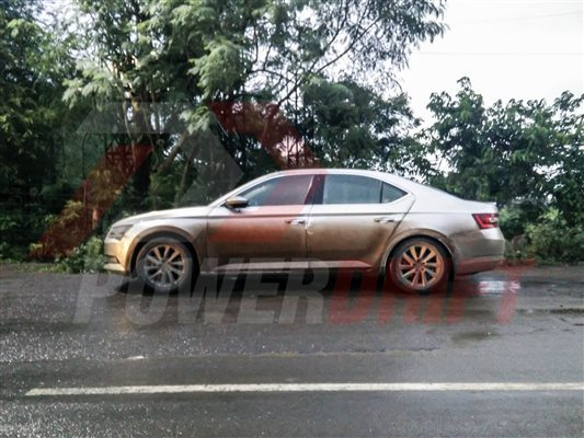 Skoda Superb spied in India (2)