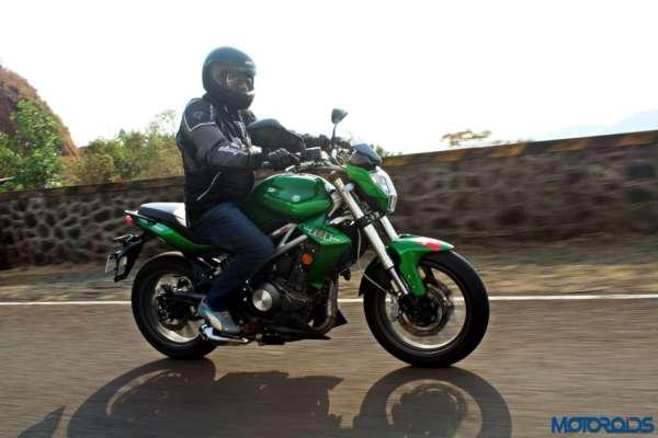 Benelli-TNT300-riding-shot-22-600x400
