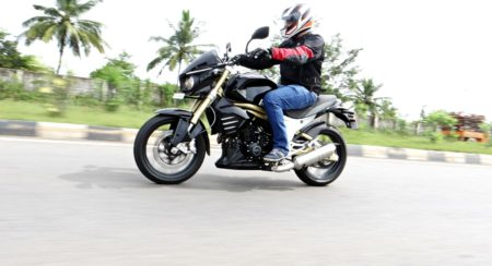 Mahindra Mojo - First Ride Review - Action Shots (9)