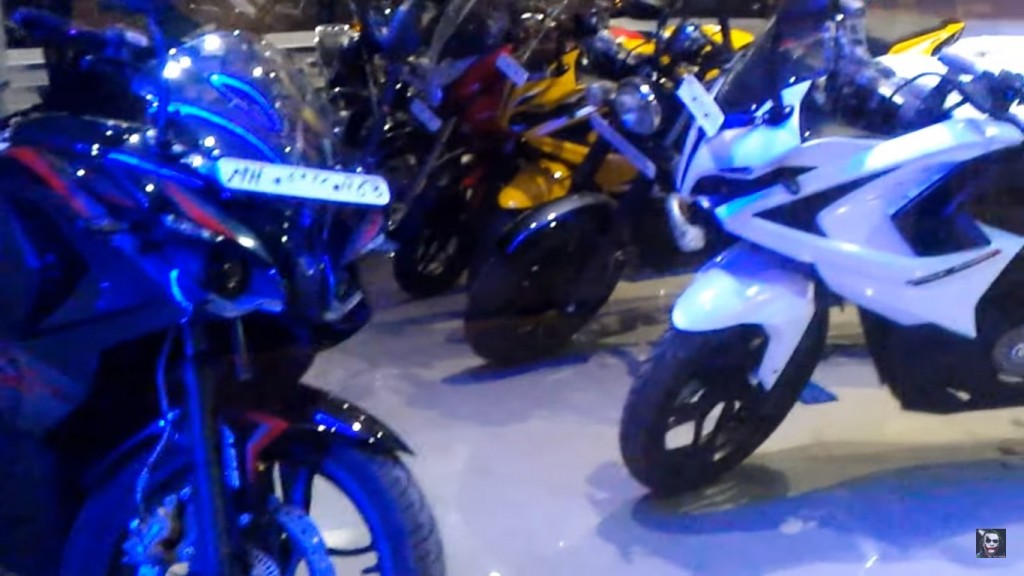 Bajaj Pulsar RS200 White - 1