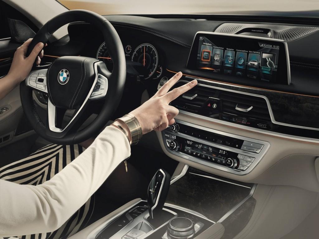 BMW 7 Series Gesture Control (2)
