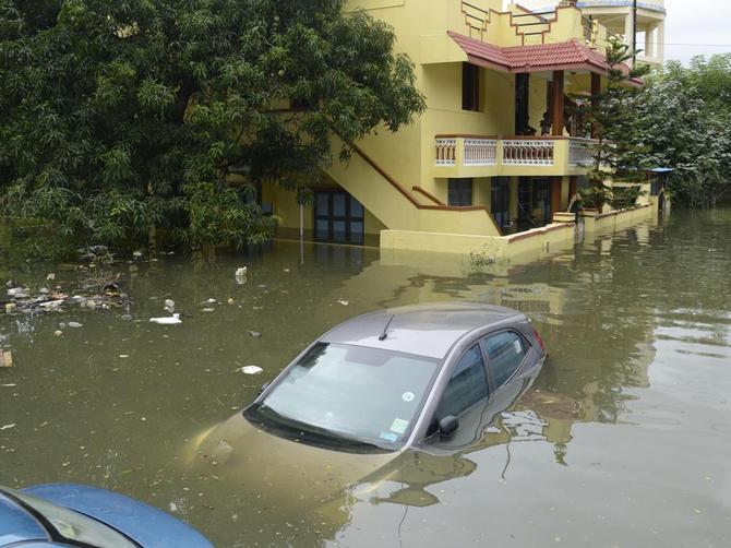 chennai-floods-cars-under-water