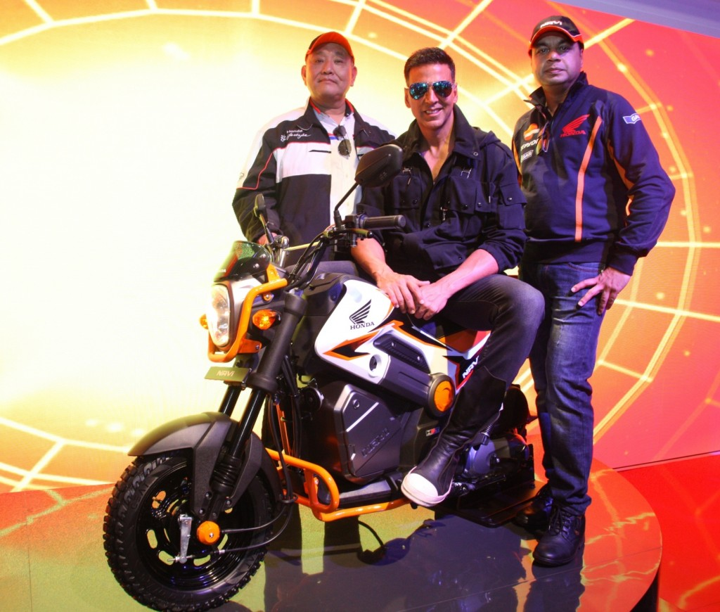 Akshay Kumar poses with NAVi at Honda 2Wheelers pavilion at Auto expo