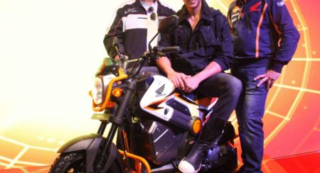 Akshay Kumar poses with NAVi at Honda 2Wheelers pavilion at Auto expo