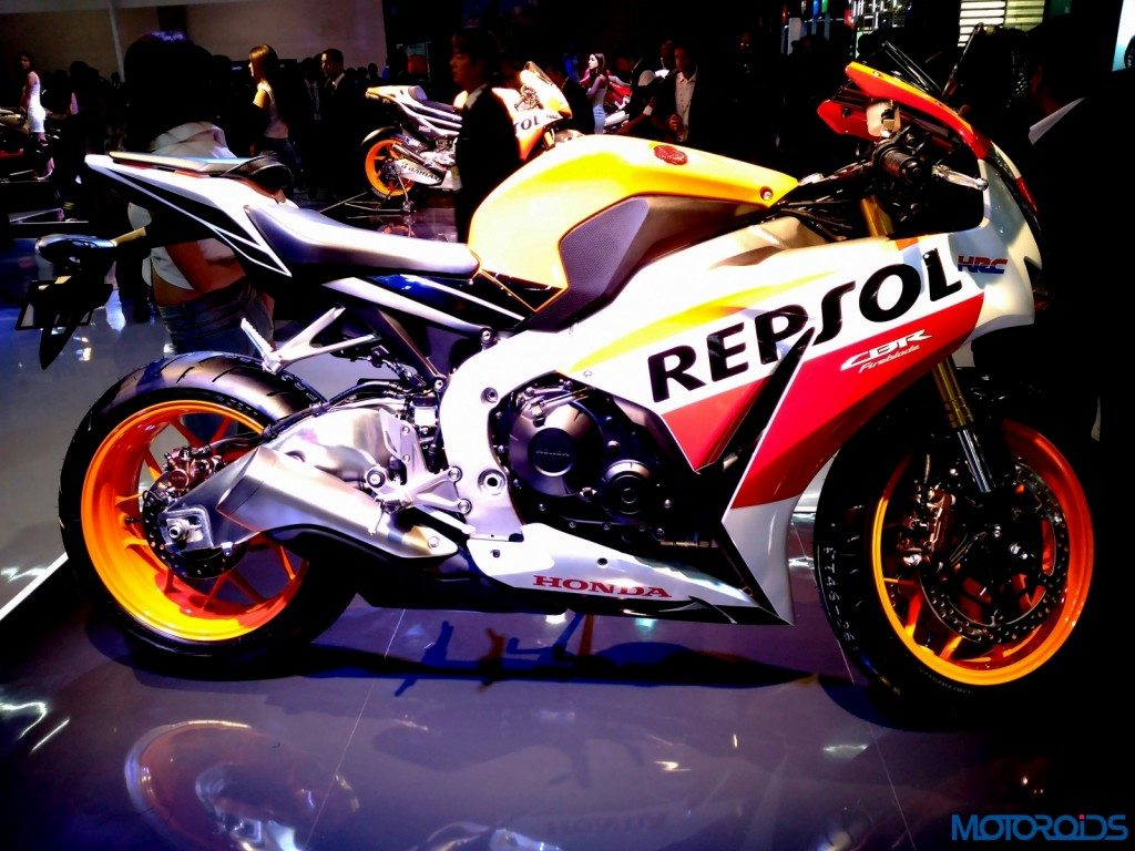 auto expo 2016 honda rc213v and cbr1000rr fireblade repsol edition showcased motoroids. Black Bedroom Furniture Sets. Home Design Ideas