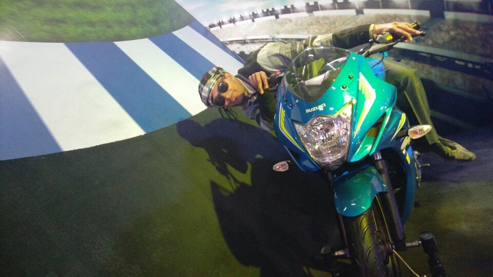 Suzuki motorcycle knee drag Auto Expo (43)