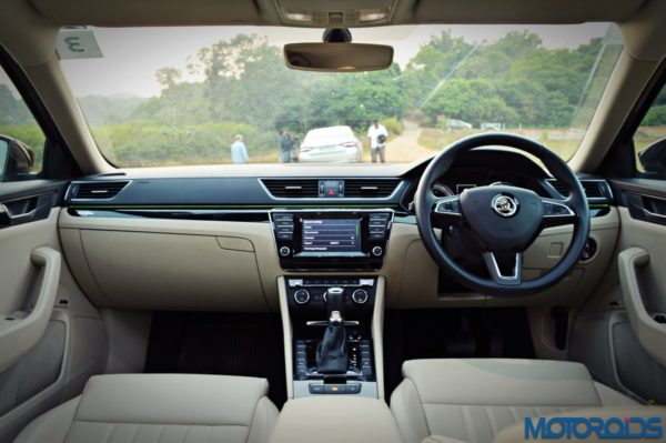 2016 Skoda Superb Dashboard (1)