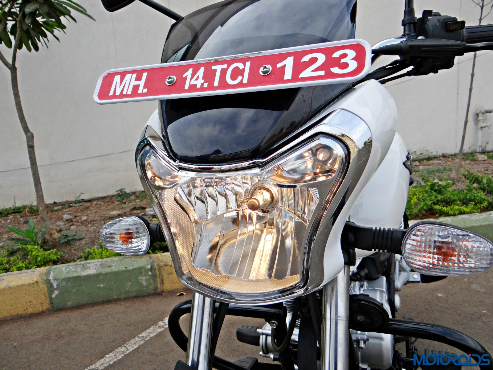 Bajaj V15 - Review - Details - Headlight (7)