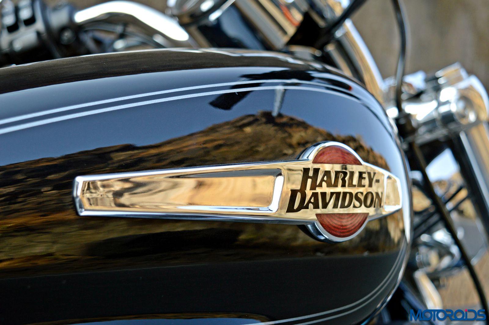 Harley-Davidson 1200 Custom Review - Details - Fuel Tank (1)