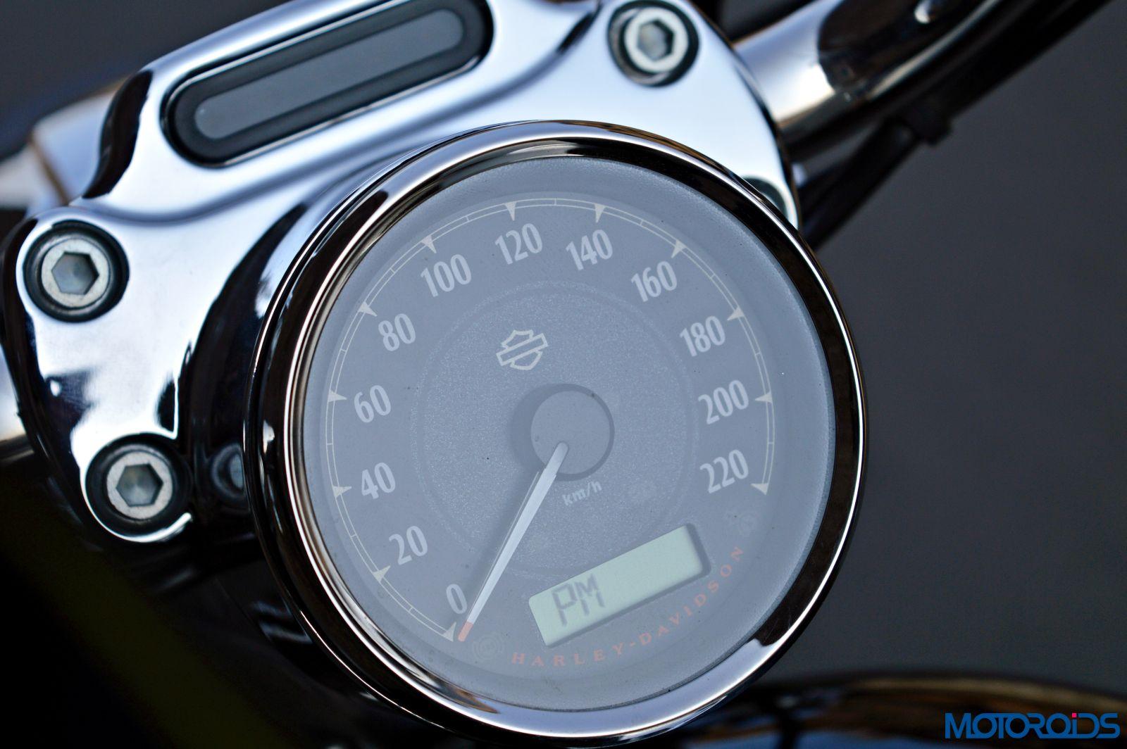 Harley-Davidson 1200 Custom Review - Details - Instrument Cluster (2)
