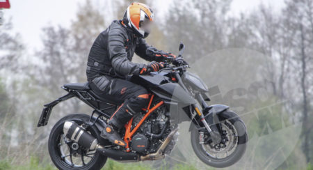2017 KTM 1290 Super Duke R - Spy Image
