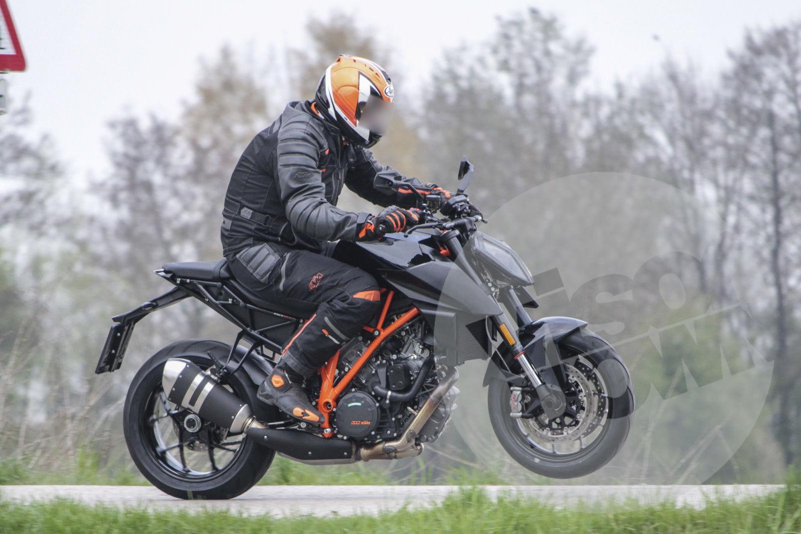 2017 KTM 1290 Super Duke R - Spy Image
