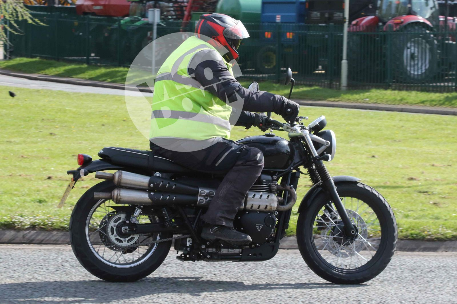 spied upcoming triumph street twin based scrambler 39 s test mule spotted motoroids. Black Bedroom Furniture Sets. Home Design Ideas