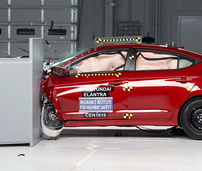 2017 Hyundai Elantra crash test IIHS (4)