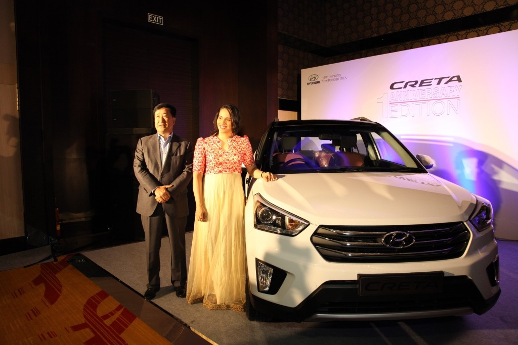 Mr. Y K Koo, Managing Director and CEO, Hyundai Motor India Ltd. presenting Hyundai Creta 1st Anniversarry (2)