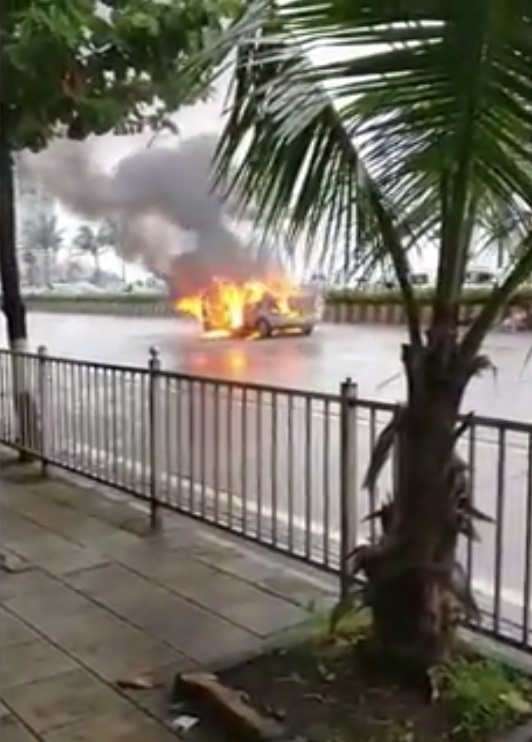 Skoda Rapid catches fire Haji Ali