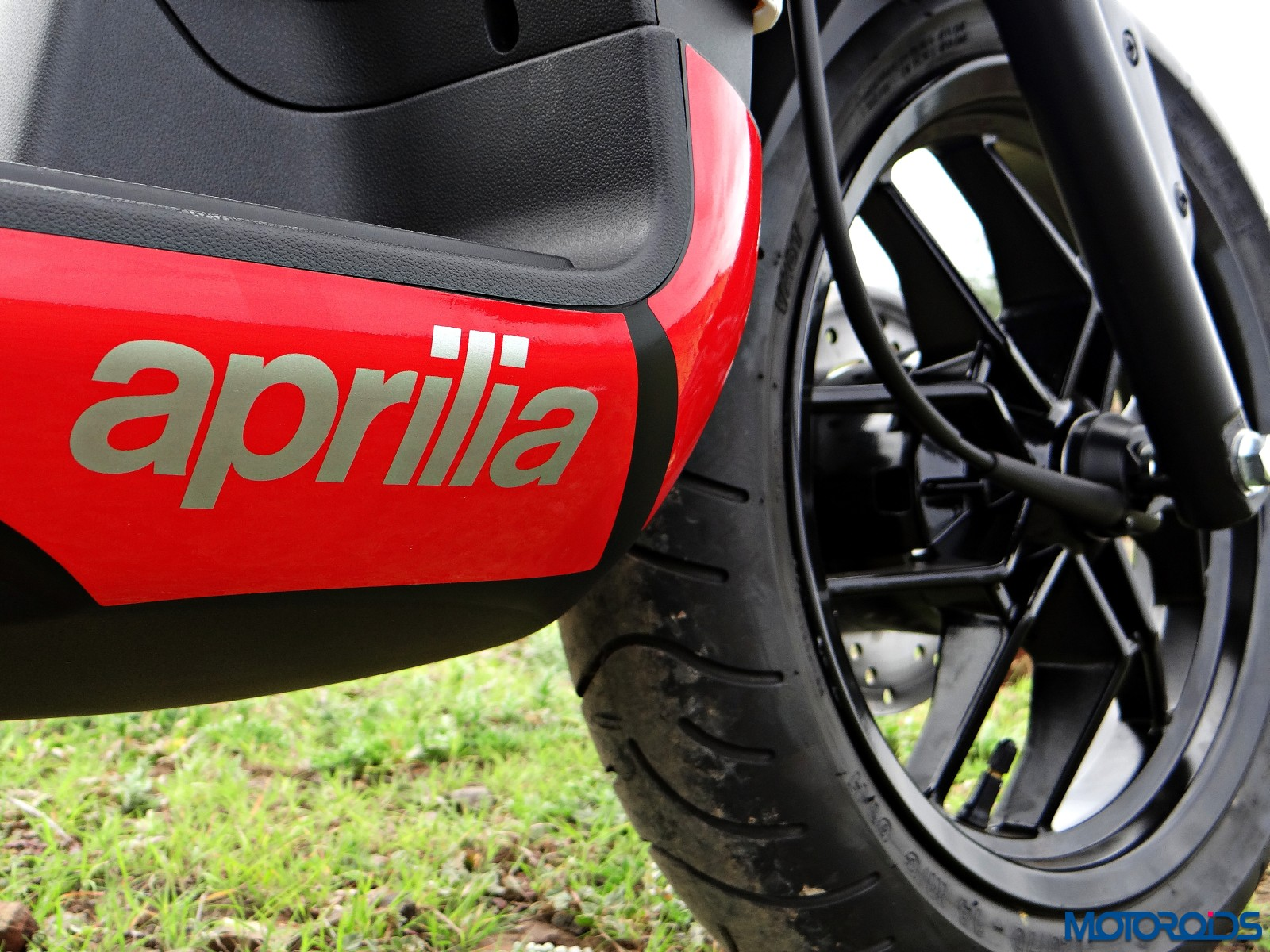 Aprilia SR 150 Review - Details - Footboard Graphics (1)