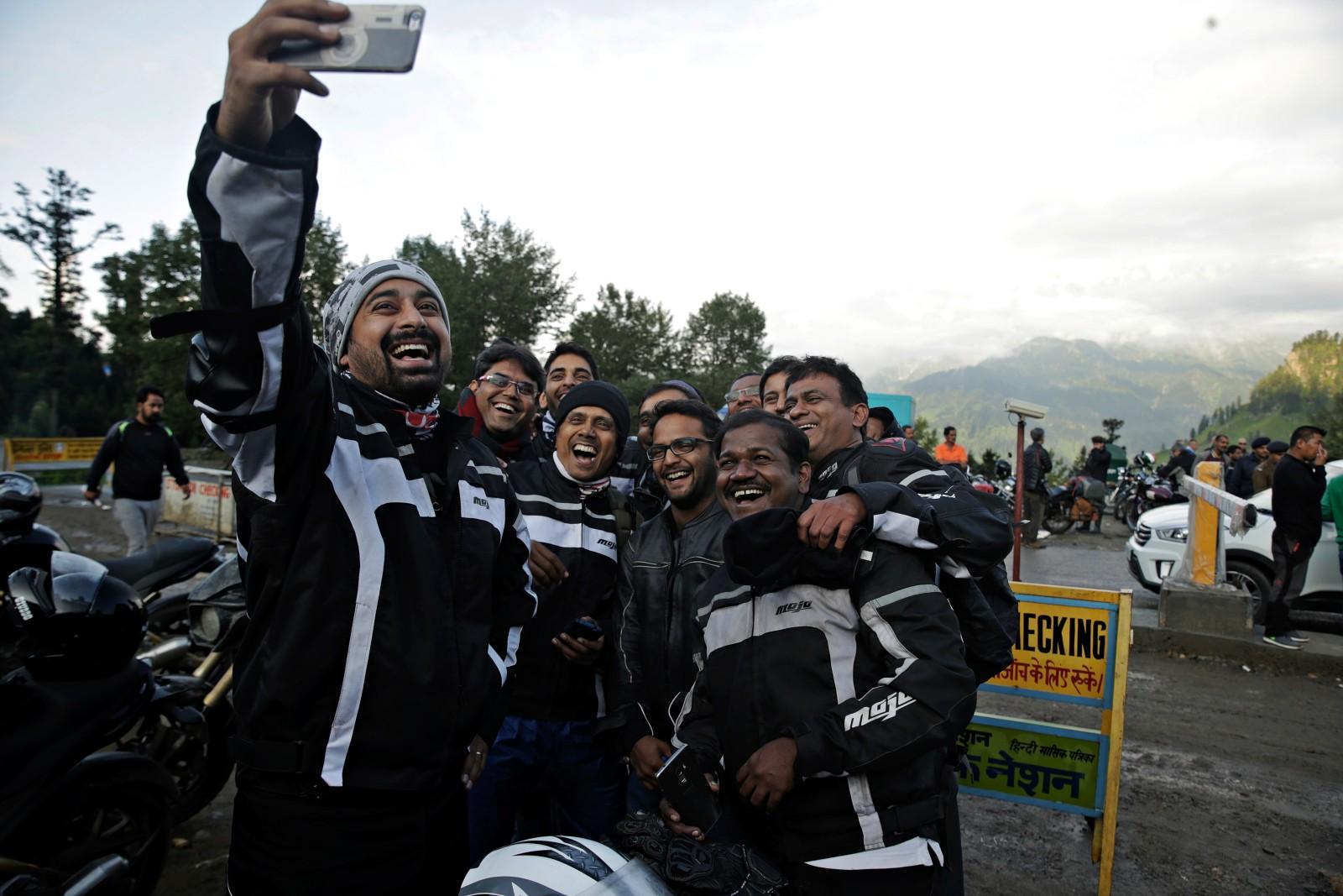 Rannvijay Singh with the Mahindra Mojo Tribe (1)