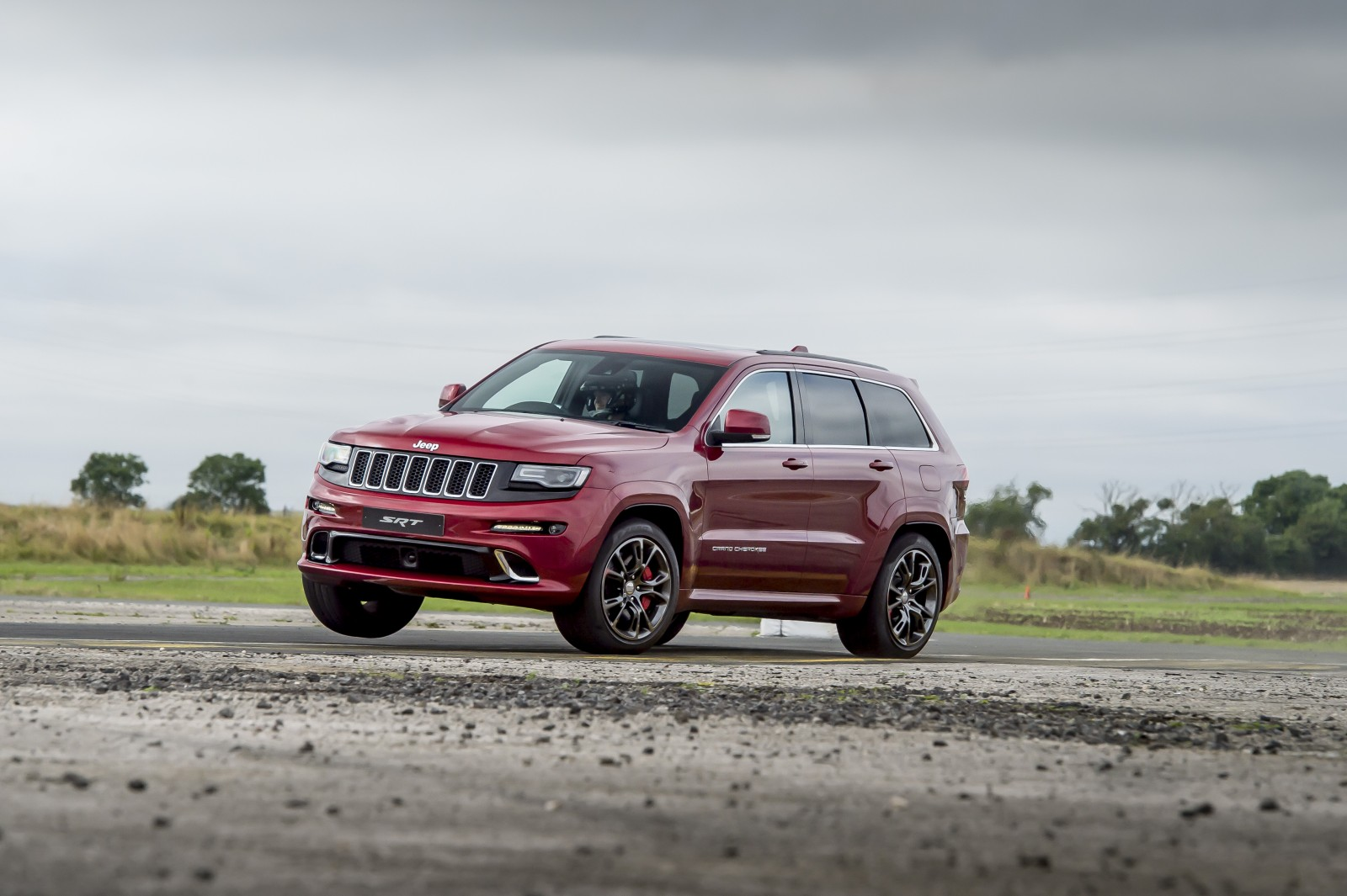 Jeep-Grand-Cherokee-SRT-vs-plane-3