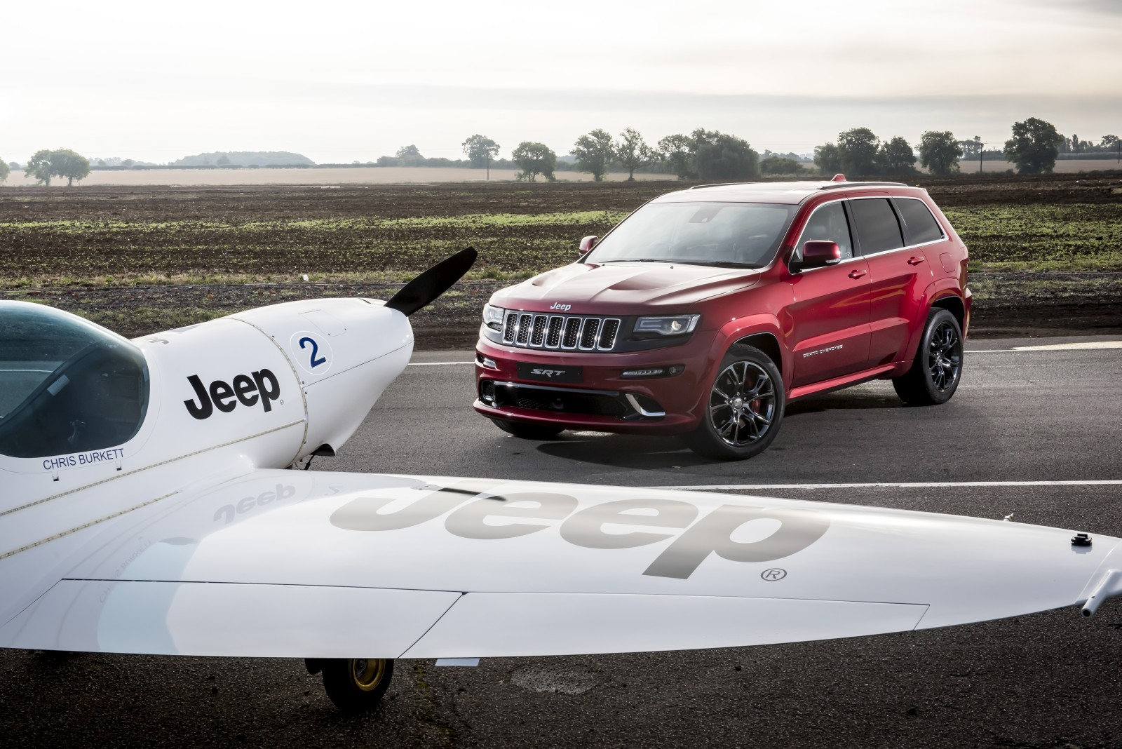 Jeep-Grand-Cherokee-SRT-vs-plane-5