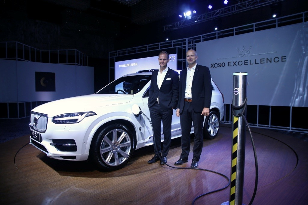 tom-von-bonsdorff-md-volvo-auto-india-l-with-stephan-green-director-sales-marketing-and-pr-volvo-cars-special-products-r-at-xc90-t8-excellence-launch