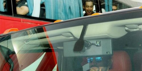 MS Dhoni Hummer H2 500x250 MS Dhoni drives to the hotel from Ranchi airport in his Hummer H2; leaves New Zealand players stumped!
