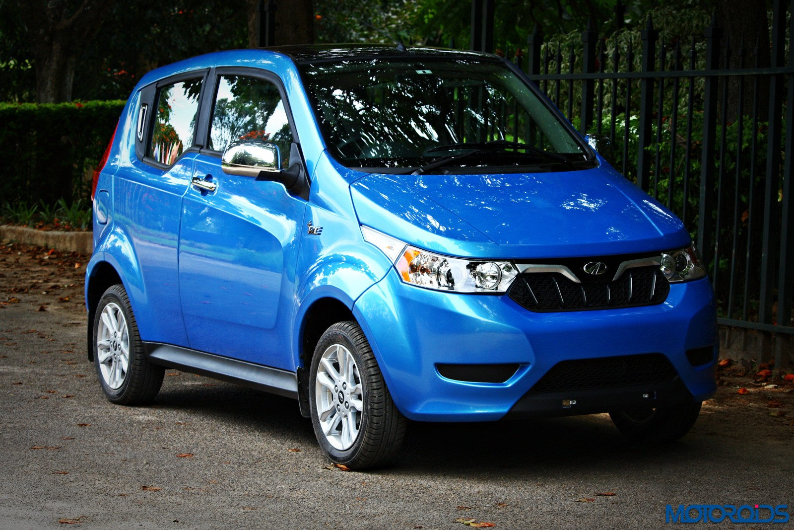 mahindra-electric-e2oplus-front-blue-1