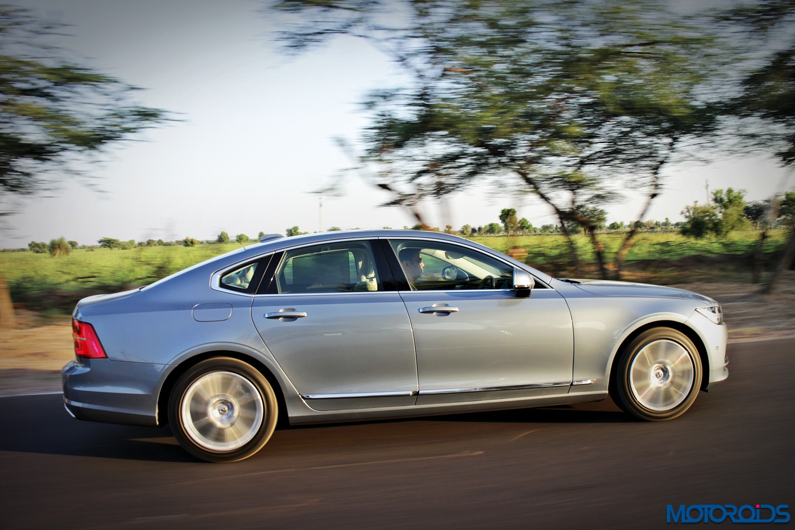 new-volvo-s90-side-1