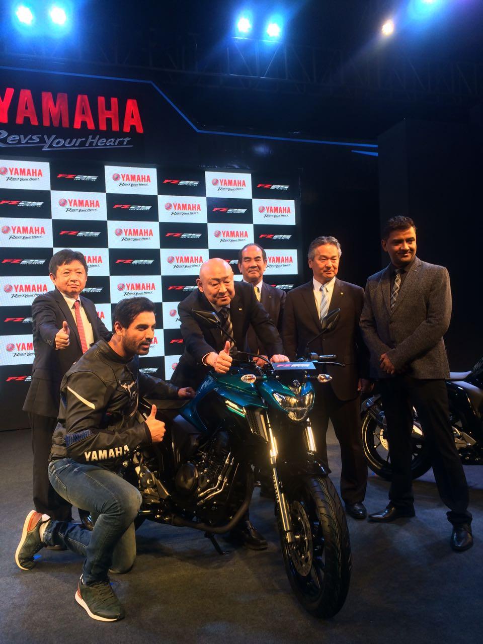 Yamaha-FZ250-John-Abraham-with-Japanese-team