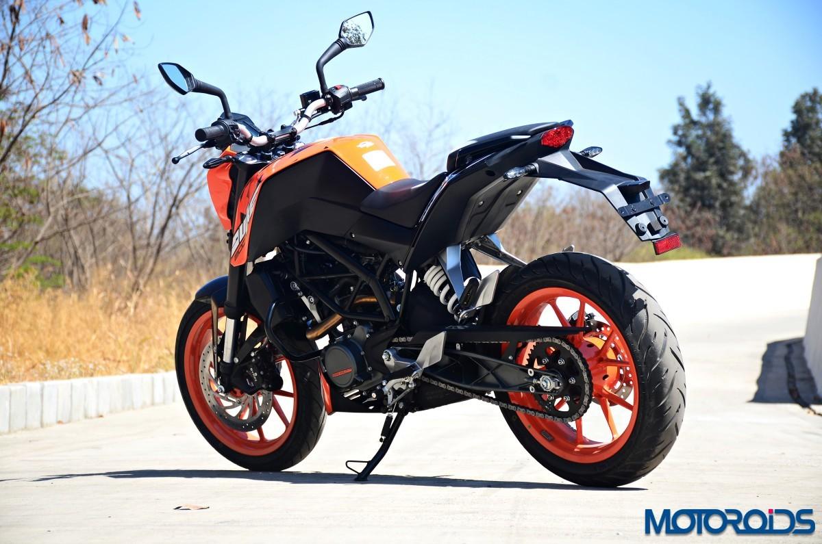 2017 ktm 200 duke first ride review | motoroids