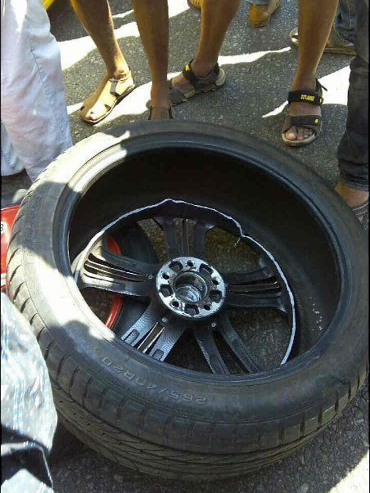 Fake-Alloy-On-A-Bentley-Breaks-In-The-Middle-of-The-Drive-2