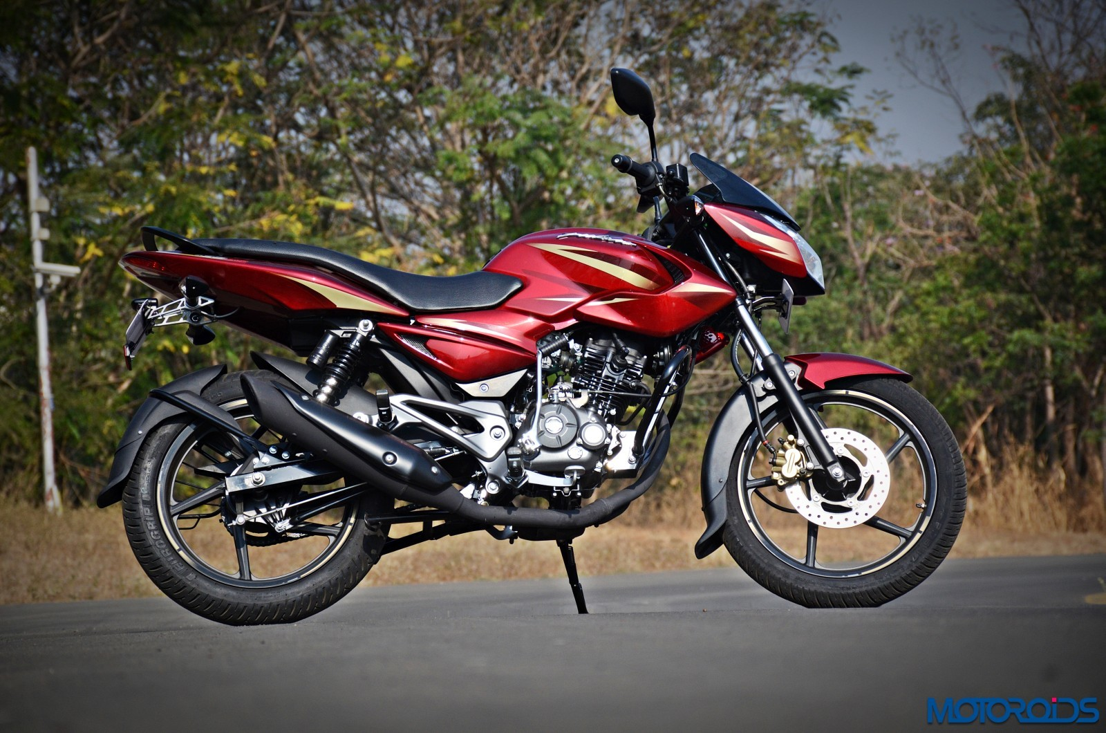 New 2017 bajaj pulsar 135 ls first ride review price images specs and changes motoroids