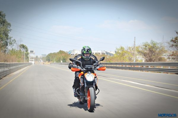 2017-KTM-390-Duke-action-shots-14-600x398