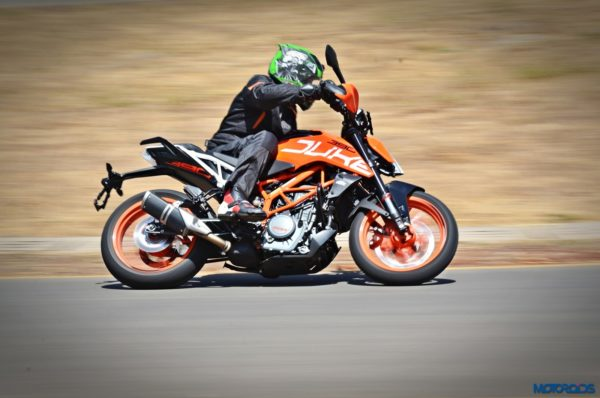 2017-KTM-390-Duke-action-shots-4-600x398