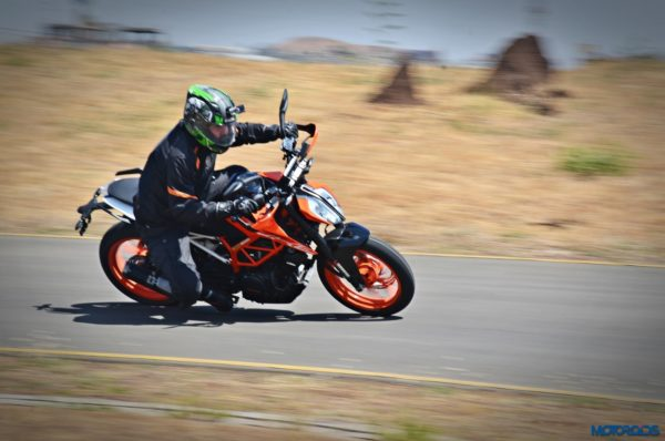 2017-KTM-390-Duke-action-shots-5-600x398