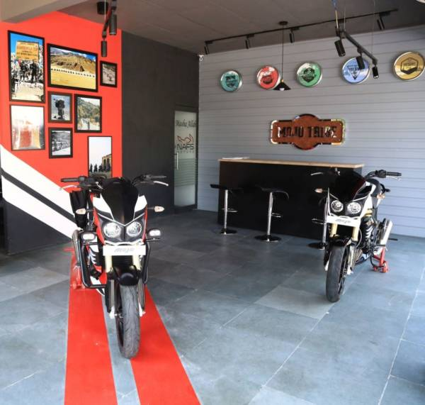 MOJO-Exclusive-Dealership-Pic-01-INTERIOR-600x571