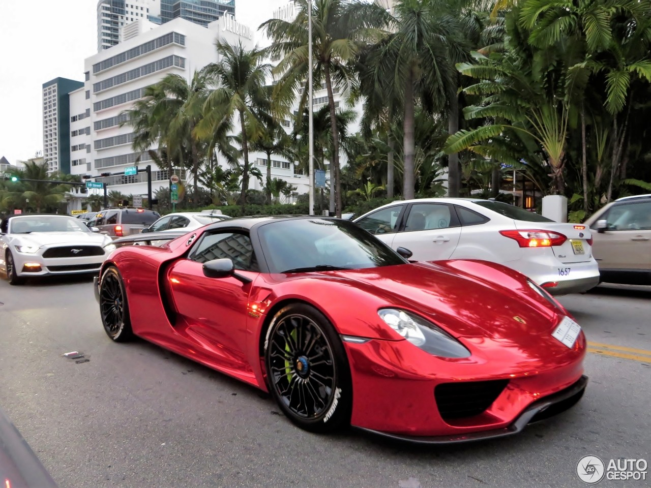 porsche 918 spyder with weissach package flaunts chrome red paint in miami and it 39 s blisteringly. Black Bedroom Furniture Sets. Home Design Ideas
